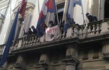 La bandiera NOTAV nelle manifestazioni contro l'austerity
