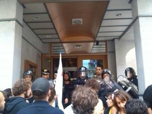 """Susa, irruzione all'Hotel Napoleon: """"fuori le truppe e i collaborazionisti!"""""""