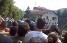 Dentro al cantiere, polizia spinge e manganella! (VIDEO)