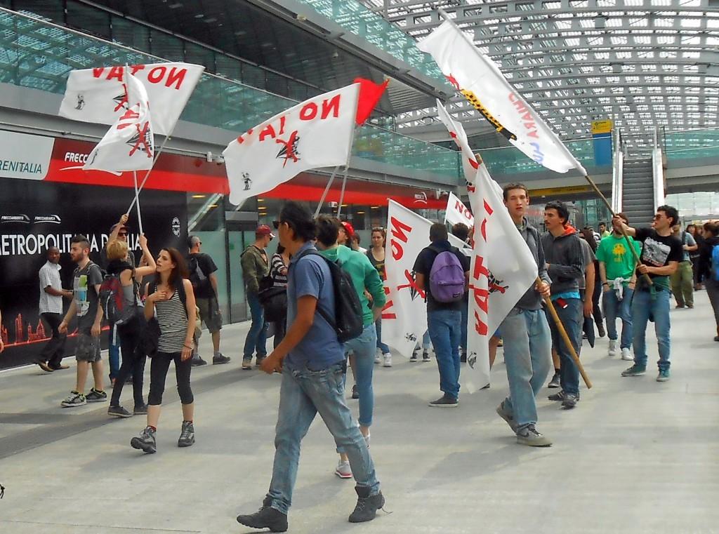 Protesta_dei_No_Tav_a_Torino_Stazione_di_Porta_Susa_-_10_maggio_2014-1024x761