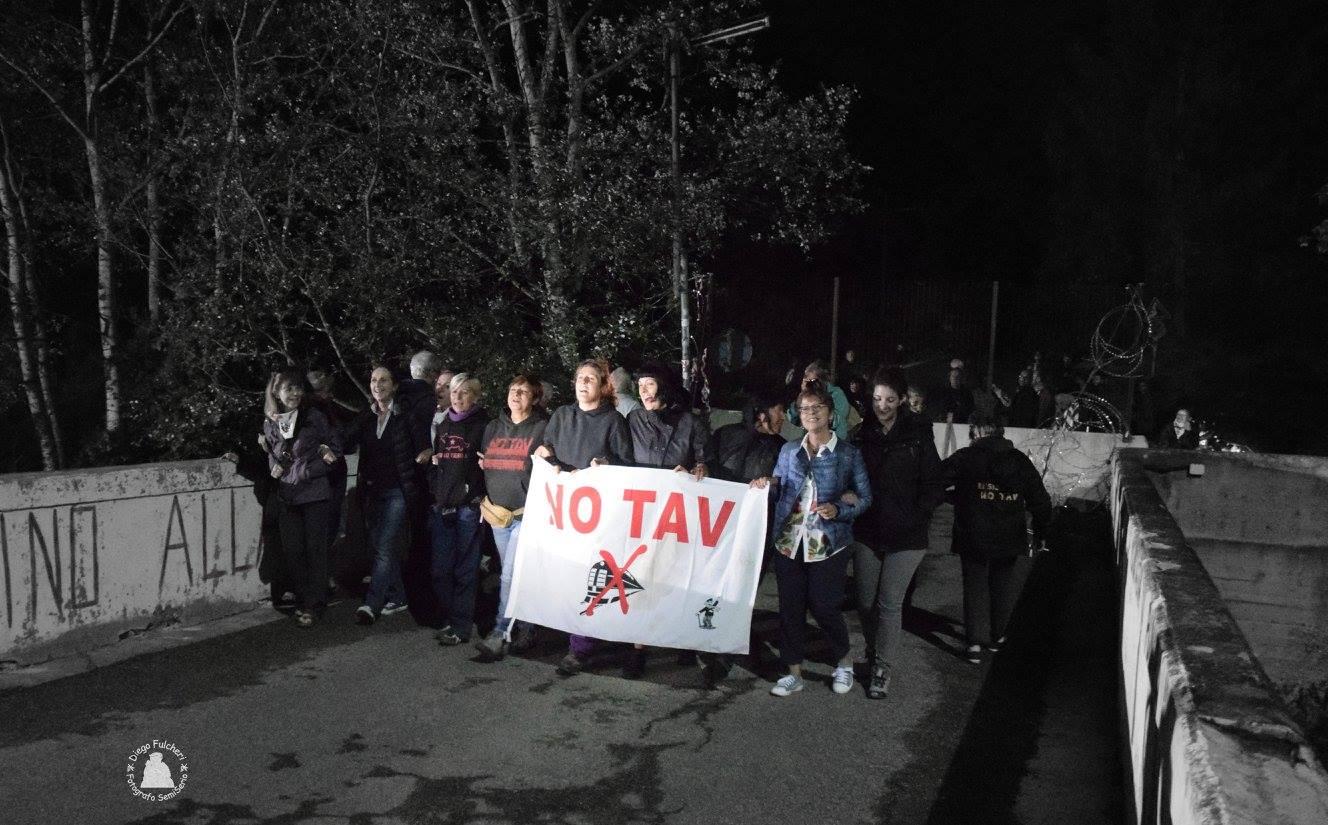 Notte dei Fuochi, tagliata la concertina i No Tav riprendono il ponte (FOTO)