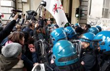 """La polizia manganella studenti e No Tav, la democrazia delle """"opere condivise"""" (FOTO&VIDEO)"""