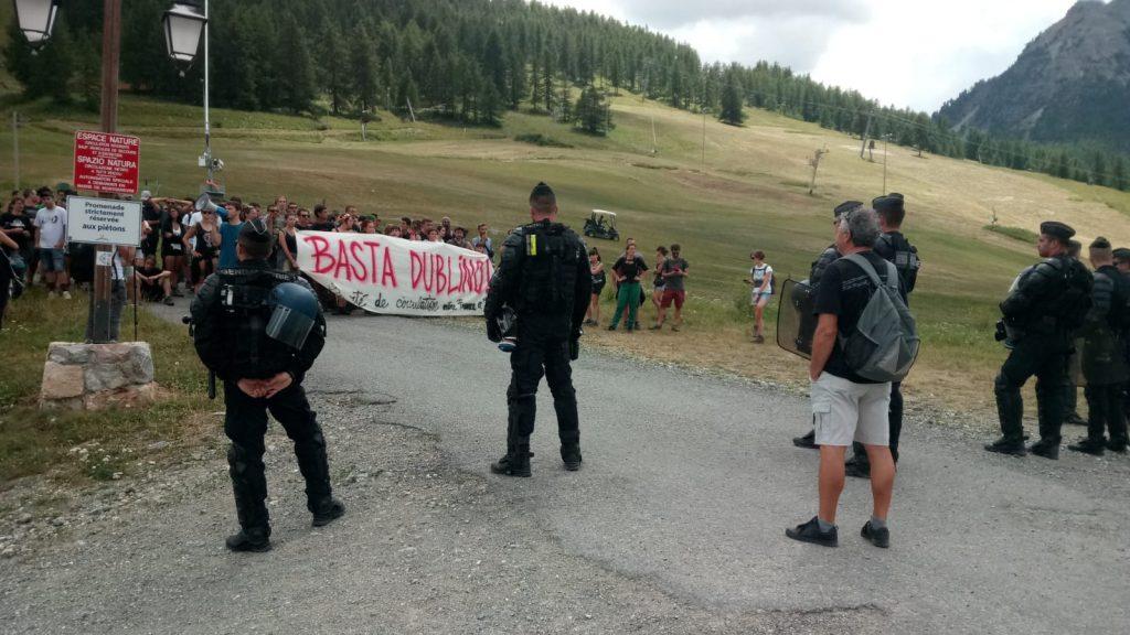 Frontiera bloccata ma si passa dai sentieri. Marcia dall'Italia alla Francia per dire BASTA DUBLINO