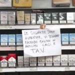 """Cagliari, la protesta del tabaccaio """"I rincari? Sono l'anticipo per la Tav"""""""