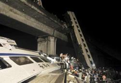 Cina, deraglia treno alta velocità : vagoni nel fiume, 35 morti