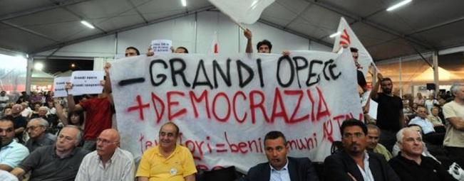 [GUARDA VIDEO] Matteoli contestato dai 'No Tav' al dibattito della Festa dell'Unità